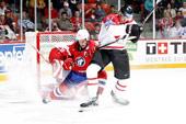 ― Легким движением руки, клюшкой со спины, шайба превращается… Фото: IIHF/HHoF/Jukka Rautio
